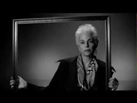 Femme avec cadre en noir et blanc